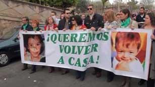 Ver vídeo  'Tensa entrada en los juzgados del único imputado por la pérdida de los niños: el padre'