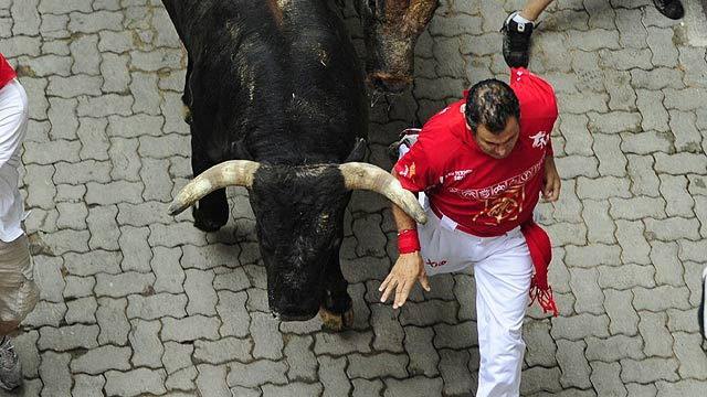 Tenso y r&aacute;pido cuarto encierro de San Ferm&iacute;n 2011, de los Miura