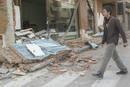Un hombre camina por una calle de Lorca tras el terremoto.