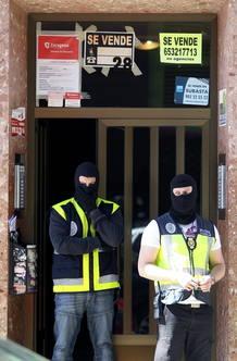 Agentes de Policía ante el domicilio en Zaragoza de Nou Mediouni, uno de los detenidos.