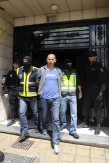 Agentes de Policía trasladan desde su domicilio en Murcia a Hassan El Jaaouani.