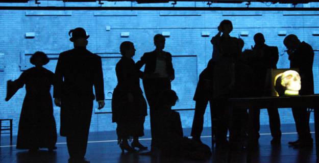 Simon McBurney produce, junto a su compañía Complicite, la obra de Míjaíl Bulgákov El maestro y margarita, el teatro más imaginativo que nadie haya encontrado jamás.