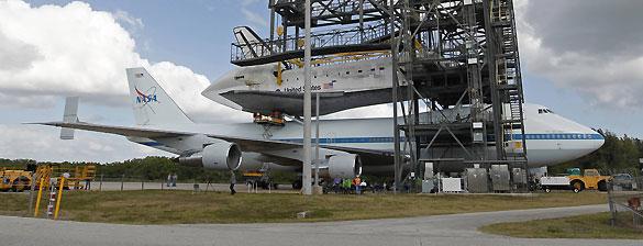 El Discovery enganchándose al avión 747 de la NASA que le transportará al Museo Smithsonian del Aire y el Espacio, en Virginia.
