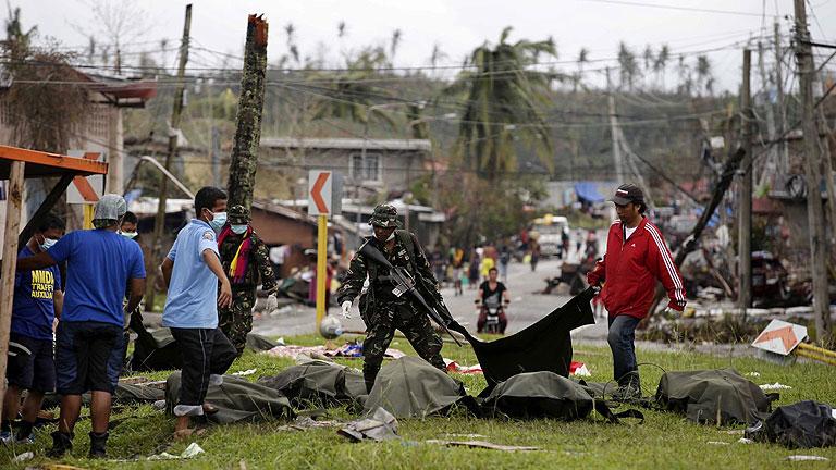 Filipinas comienza a enterrar a las víctimas del tifón en fosas comunes