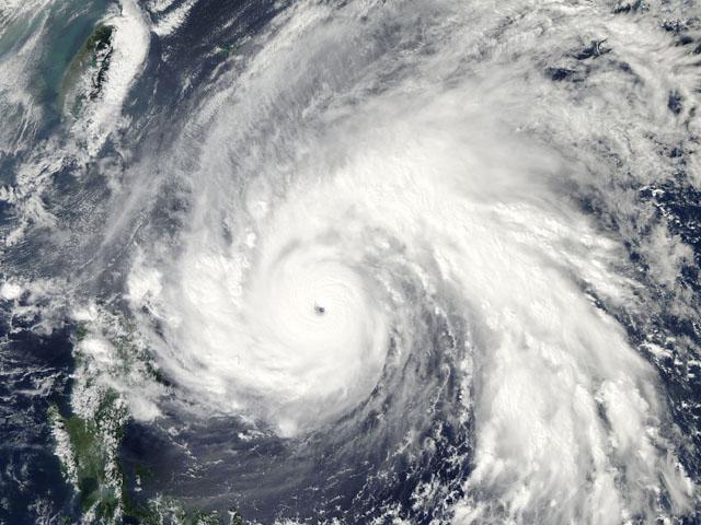 El potente tifón 'Megi' llega al norte de Filipinas
