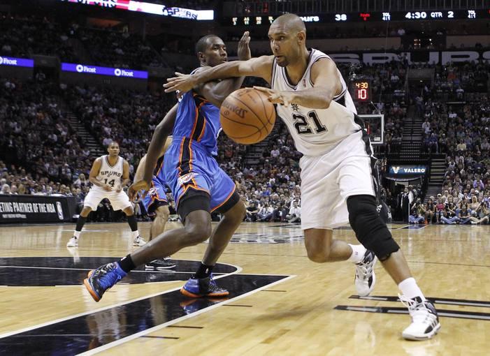 Tim Duncan, de los San Antonio Spurs, ante la presión de Serge Ibaka, de los Oklahoma City Thunder.