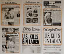 Titulares de los periódicos y recortes de prensa se han colgado en las paredes de una oficina de personal de la Casa Blanca en Washington.
