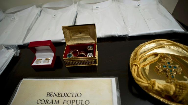 Todos los símbolos de la institución pontificia, como la tiara o las vestiduras, tienen su significado
