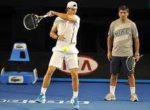 Toni Nadal sigue de cerca el entrenamiento de su sobrino Rafa Nadal en una imagen de archivo.