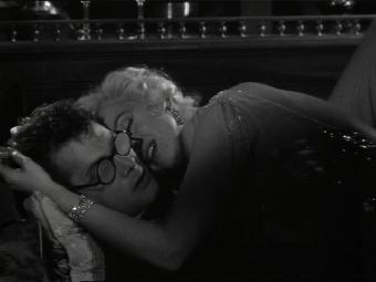 Ver vídeo  'Tony Curtis y Marilyn Monroe en la escena del beso en 'Con faldas y a lo loco''