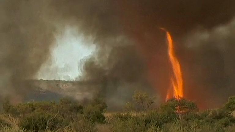 Impactantes imágenes de un tornado de fuego de 30 metros en Australia