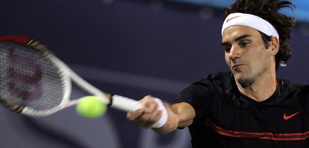 Roger Federer devuelve una pelota a Andy Murray