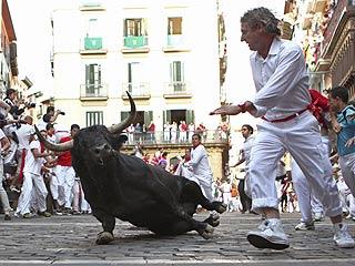 Ver vídeo  'Un toro acelerado resbala en la curva de Estafeta'