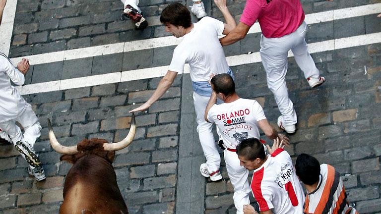El toro 'colorao' casi empitona a un mozo en Estafeta