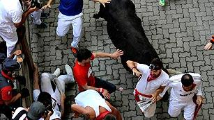 Ver vídeo  'Un toro rezagado golpea a un mozo en el Callejón'