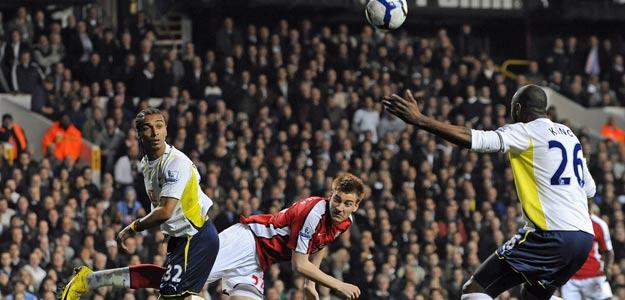 El jugador del Arsenal Nicklas Bendtner (C) cabecea ante Ledley King (d) del Tottenham.