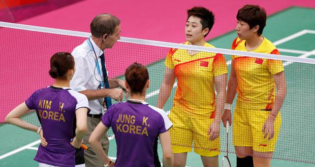 El árbitro del torneo se dirige a la pareja china de bádminton durante el partido por su comportamiento poco deportivo.mes at the Wembley Arena