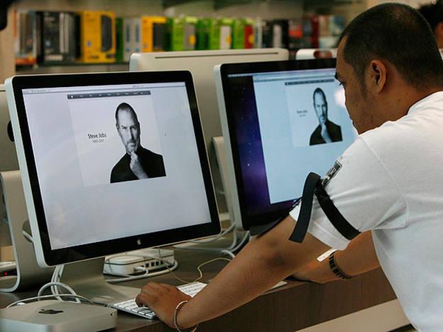 Un trabajador de Apple en Filipinas luce un brazalete en memoria de Jobs