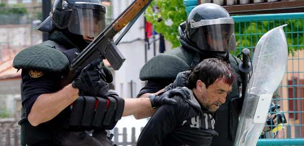 Un trabajador detenido por los antidisturbios durante los enfrentamientos en Ciñera
