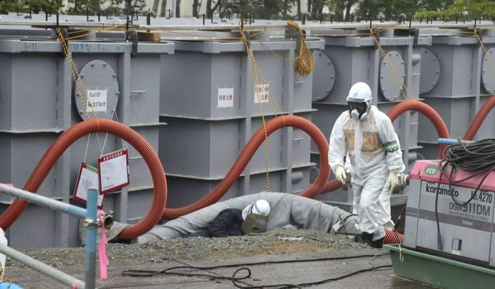 Seis trabajadores resultan contaminados por un error humano. Retiraron una tubería de agua del sistema de tratamiento. Uno de los operarios desconectó por error una de las tuberías del sistema de tratamiento de agua que elimina la sal del líquido usado para enfriar los reactores.