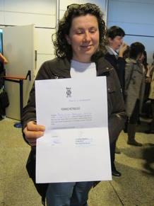 Trabajadora afectada con carta de permiso retribuido para que no acuda a trabajar