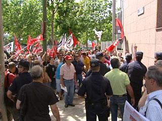 Ver v?deo  'Trabajadores de Metro y de las ambulancias se concentran a las puertas de la Asamblea de Madrid'
