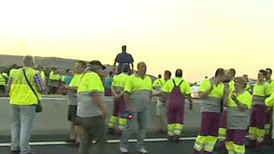 Ver vídeo  'Trabajadores de Renfe cortan la A-4 en Madrid para protestar por la liberalización del servicio ferroviario'