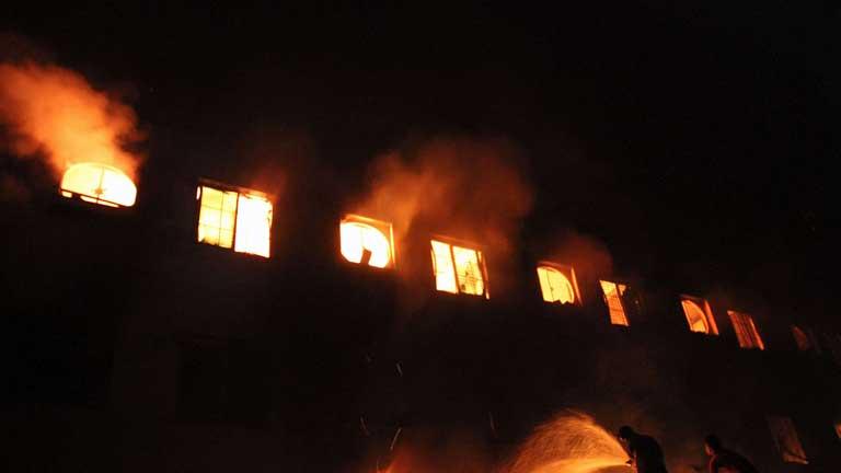 120 muertos en un incendio en una fábrica textil en Dacca, Bangladesh