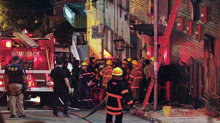 Al menos 245 muertos en el incendio de una discoteca en Brasil