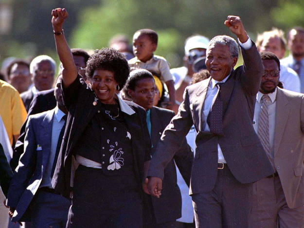 Tras su salida de prisión en 1990, acompañado de su esposa Winnie, se convirtió en el principal interlocutor del entonces presidente De Klerk para el desmantelamiento de la segregación racial en Sudáfrica. Las elecciones de 1994 convirtieron a Mandel