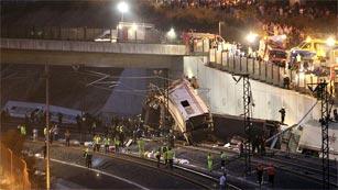 Ver vídeo  'Una treintena de muertos y casi cien heridos por el descarrilamiento de un tren en Santiago'