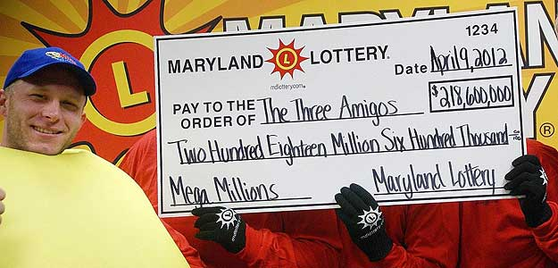 Los tres anónimos ganadores sostienen el cheque con su astronómico premio.