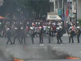Ver v?deo  'Tres personas han muerto en Atenas durante las protestas contra el plan de austeridad del gobierno'
