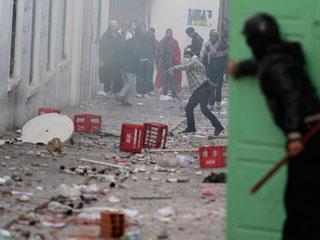 Ver v?deo  'En Túnez la policía desaloja una concentración en la plaza del gobierno'
