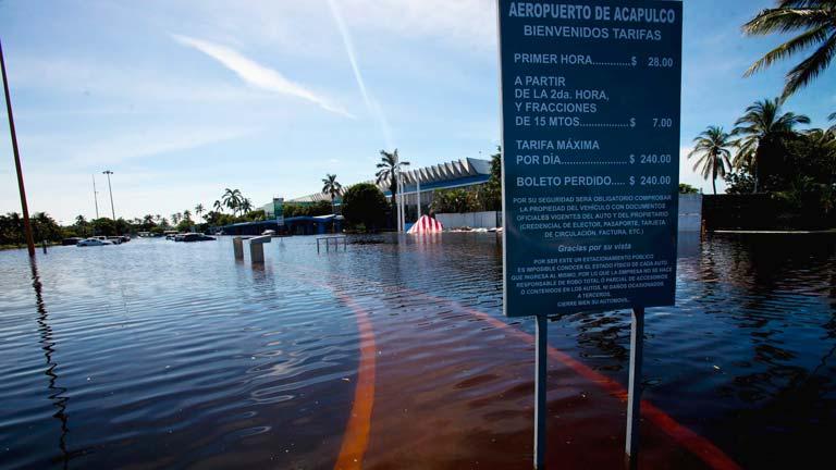 Aviones militares evacuan a miles de turistas por las inundaciones en Acapulco