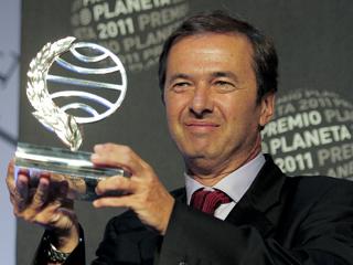 Ver vídeo  'TVE entrevista al ganador del Premio Planeta 2011, Javier Moro'