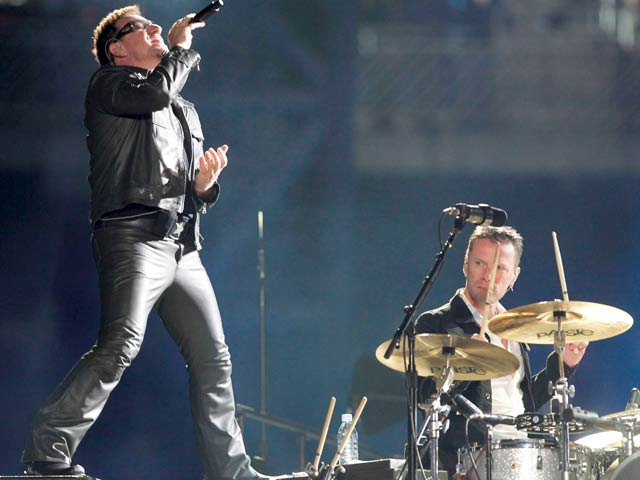 U2 deslumbra en San Sebasti&aacute;n