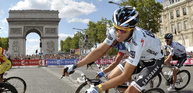 El corredor espa&ntilde;ol Alberto Contador frente al Arco del Triunfo de Par&iacute;s.