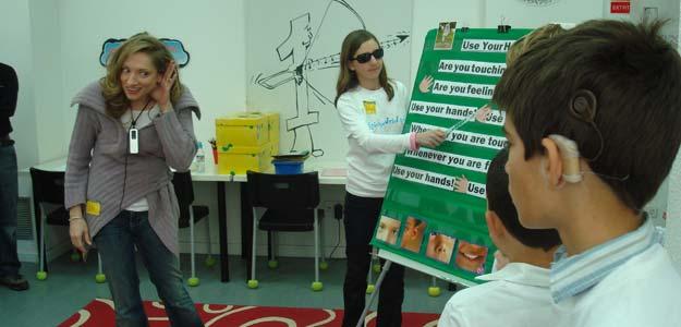 Una profesora sorda imparte una clase de inglés