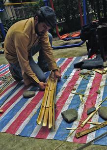 Uno de los investigadores intenta construir una herramienta de bambú