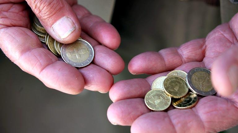 Los españoles pagan al banco, de media, 500 euros en comisiones al año