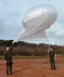 Unos marines del Reino Unido a punto de lanzar un relé de comunicaciones montado en un Helikite