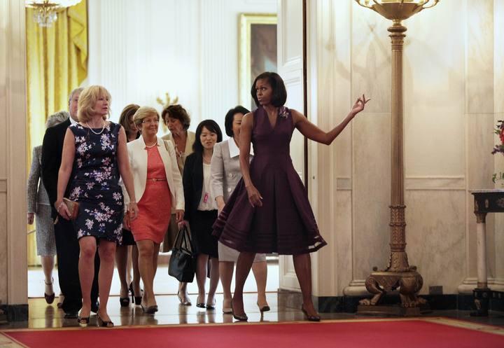 Michelle Obama (derecha), enseña la Casa Blanca a las esposas de los líderes del G-8