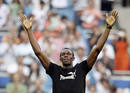 Usain Bolt saluda a los 80.000 aficionados reunidos en el Bernab&eacute;u para ver el Real Madrid-Deportivo con el que arrancaba la Liga 2009-2010.