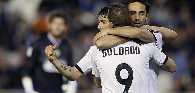El delantero brasileño del Valencia Jonas Gonçalves celebra su gol, primero de su equipo, junto a sus compañeros Dani Parejo y Roberto Soldado.