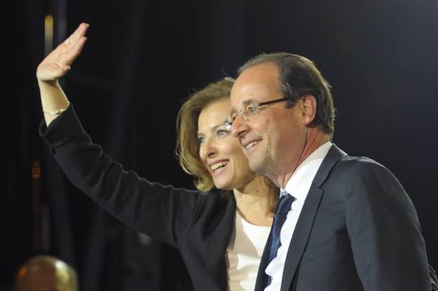Valérie Trierweiler y François Hollande celebran la victoria del candidato socialista en la plaza de la Bastilla en París.