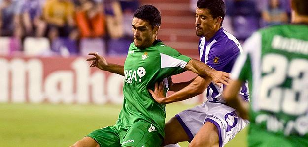 El delantero del Betis, Jorge Molina protege el balón ante el defensor del Valladolid, Jesús Rueda.