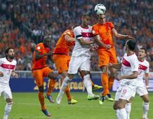Van Persie cabecea el que fue el primer gol de Holanda a Turquía (2-0)