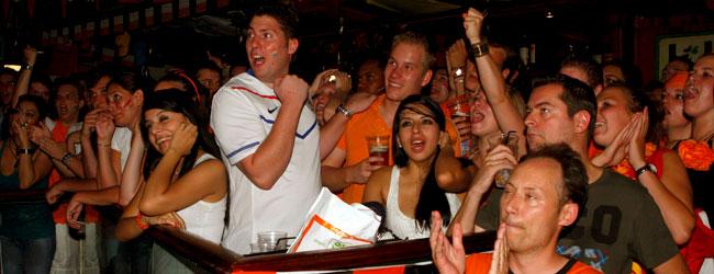 Varios aficionados de la selección holandesa en la Casa de Holanda de Madrid