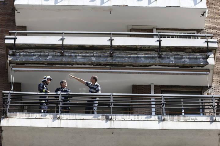 Varios cascotes de un balcón de un edificio cayeron sobre dos jóvenes que se encontraban sentados en una terraza.